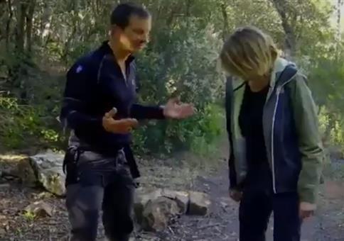 Bear Grylls zeigt euch verschiedene Kacktechniken im Wald