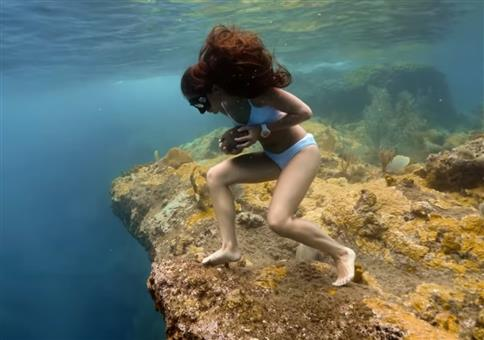 Unterwasser bergauf laufen