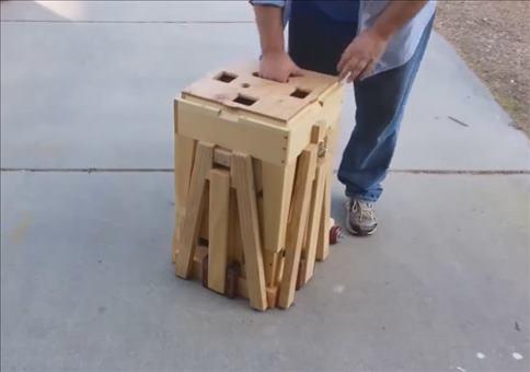 Kompakter Tisch mit ausklappbaren Stühlen