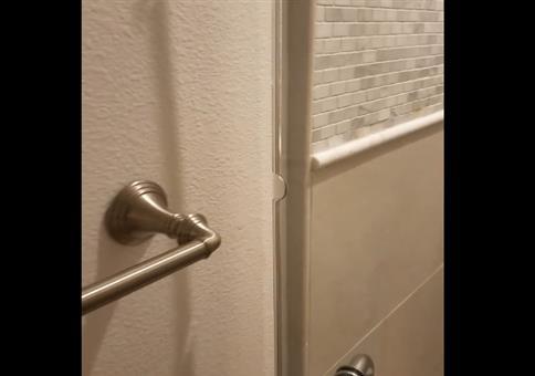 Endlich mit Profis: Die Glastür der Dusche
