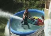Mit dem Jetski den Pool leer pumpen