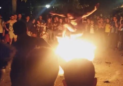 Wenn Idioten über ein Lagerfeuer springen