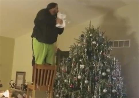 Dem Weihnachtsbaum die Krone aufsetzen