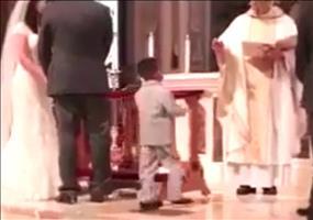 High 5 Kid in der Kirche auf einer Hochzeit