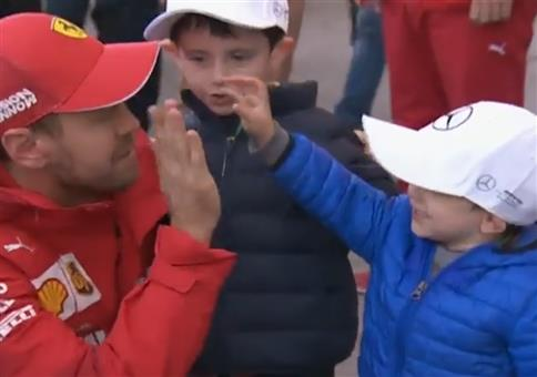 Vettel beim Mützentausch
