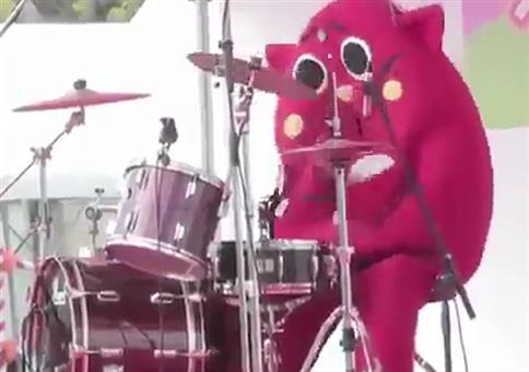 Im Kostüm am Schlagzeug völlig eskalieren