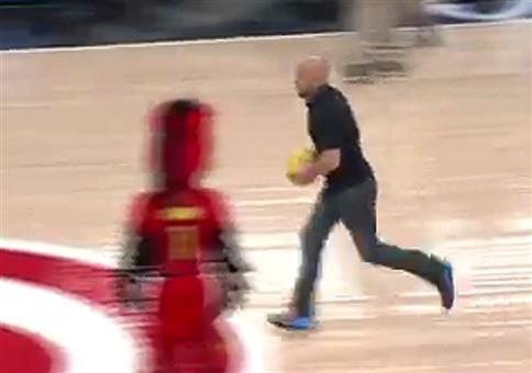 Basketball Trickshot mit coolem Abgang