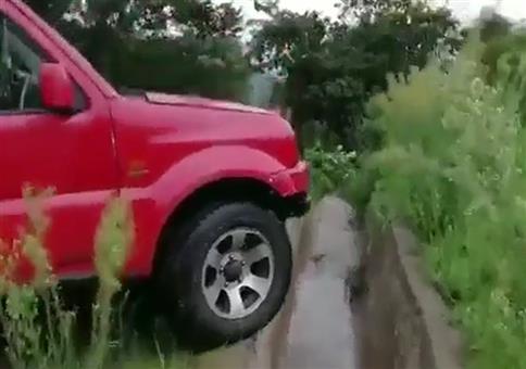 Mit dem Geländewagen über den Betongraben