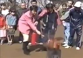 Frau beim Feuerlöscher Training