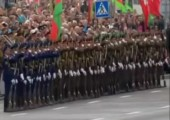 Dominoeffekt bei Soldatenparade in Belarus