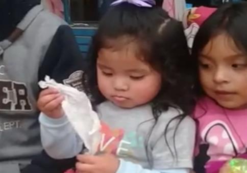 Kleines Mädchen zeigt euch einen verblüffenden Zaubetrick