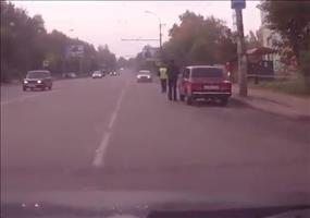 Polizei spielt Anhalter