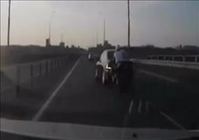 Motorradfahrer legt bei Unfall artistische Meisterleistung hin