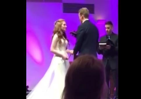 Bei der Hochzeit den Boden küssen