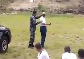 Junge Polizistin wirft Handgranate zum ersten Mal