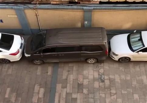 Mit sehr viel Geduld und Geschick ausgeparkt
