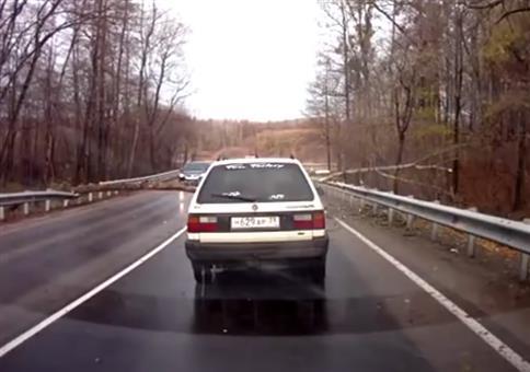 Wenn in Russland ein Baum mitten auf die Straße fällt