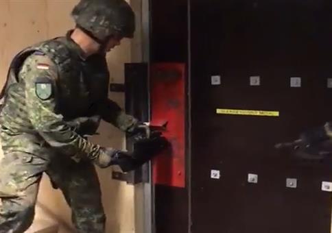 Bundeswehr Profis scheitern bei Stürmung an Tür
