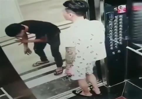 Profis transportieren Glasscheibe im Fahrstuhl