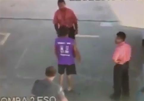 Polizist mit nettem Fußfeger