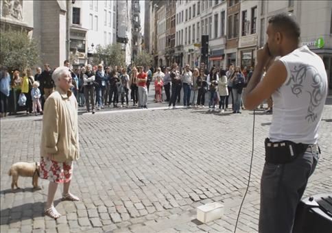 Oma geht ab zu Beatboxer