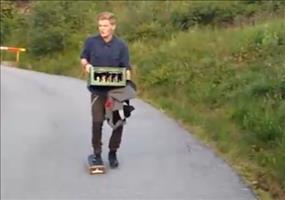 Keine gute Idee: Mit dem Skateboard Bier holen