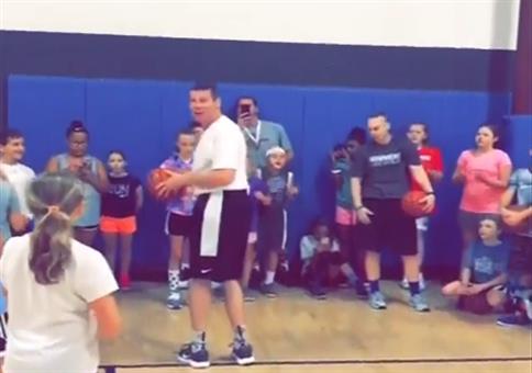 Basketball rückwärts in den Korb
