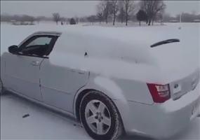So fegt man in Russland den Schnee vom Auto