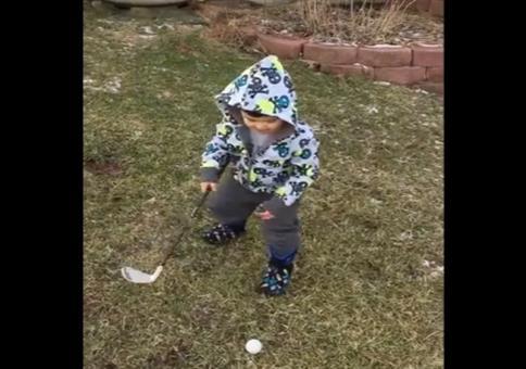 Kind mit Golfschläger