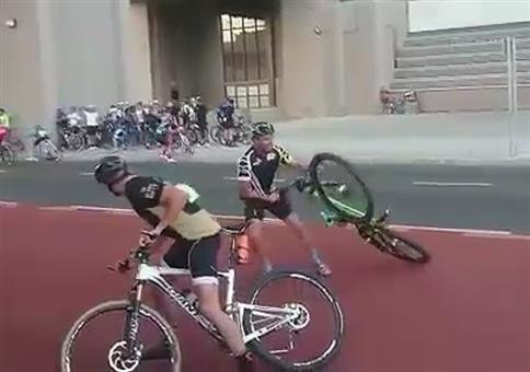 Radfahrer mit heftigem Gegenwind