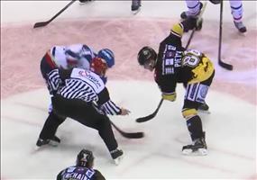 Eishockey Spieler erhält Schläger zurück