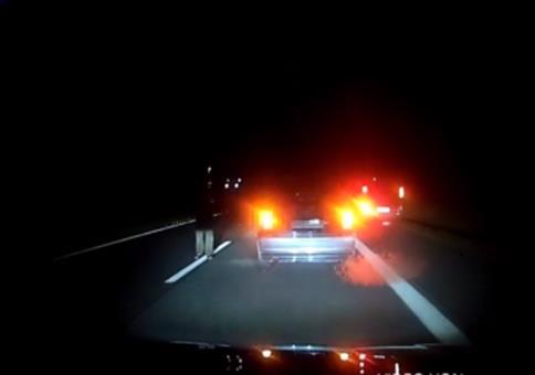 Verrückter auf der Autobahn unterwegs