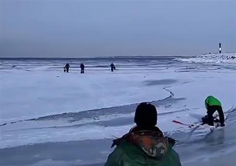 Ganz gemütlich auf dem Meer Eisangeln als plötzlich...