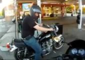 Motorrad ist Feuer und Flamme beim tanken