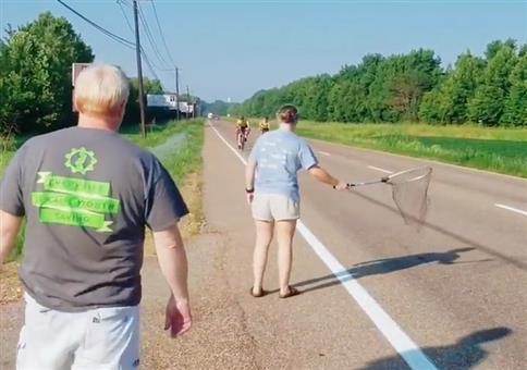 Am Straßenrand die Radfahrer einfangen