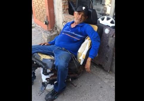 Alter Mann auf Airbag