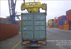 Einmal mit Profis - Container aufladen