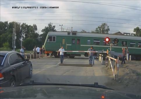 BMW am Bahnübergang