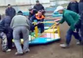 Erwachsene auf Kinderspielplatz