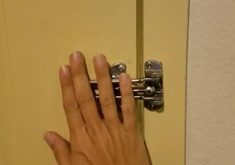 Sicherheitsschloss an der Hoteltür ausgehebelt