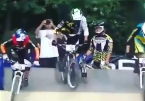 Sich beim BMX Rennen den Vorsprung wiederholen