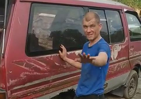 Russe will mit Köpfchen durch die Autoscheibe