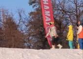 Schöner Sprung mit den Ski