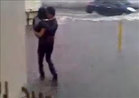 Er bewahrt seine Freundin vor nassen Füßen