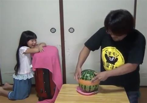 Gummis auf Melone und sie langweilt sich etwas