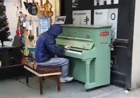 Ein paar 90er Techno Klassiker spontan am Klavier spielen