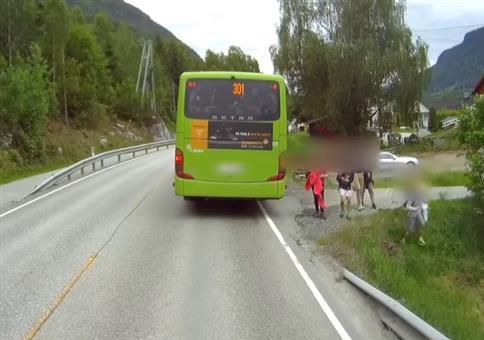Das war knapp: Vom Schulbus direkt über die Straße