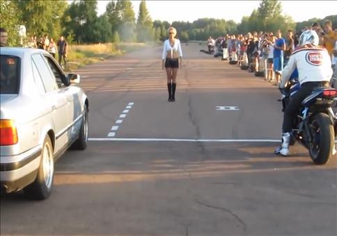 Rennen: Auto VS Motorrad