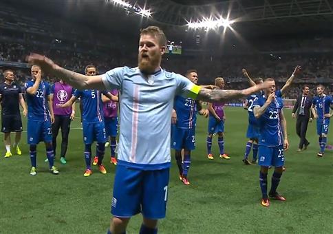 Die isländische Nationalmannschaft feiert mit ihren Fans