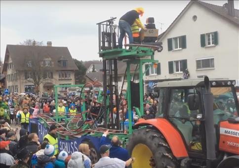 Karnevalswagen mit eingebauter Achterbahn